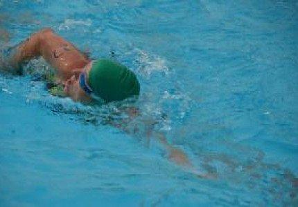 Triatlete Karin Komdeur voorbeeld voor zwemjeugd