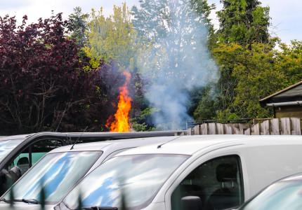 Veel rook en vlammen bij brand in de Westenenkerzijweg