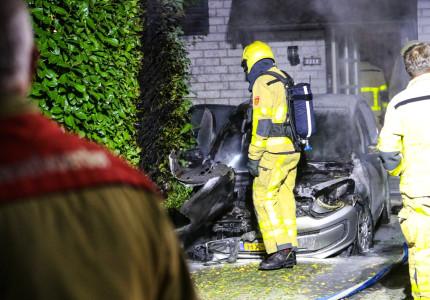 Opnieuw gaat er een auto in vlammen op