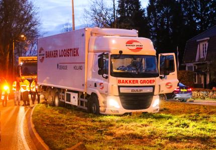 Vrachtwagen raakt van de weg in Beekbergen