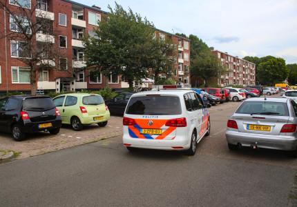 Politie doet onderzoek na aantreffen lichaam in woning Lekstraat