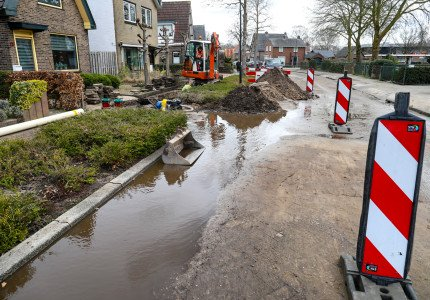 Waterleiding breuk zorgt voor onder gelopen straat in Apeldoorn zuid