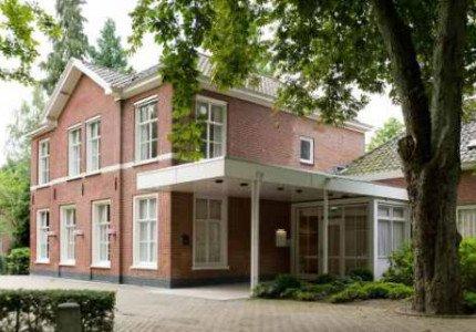 Annemarie Spierings en Arthur Hogenkamp van Monuta in Apeldoorn ontvangen Nationaal Vakdiploma Uitvaartzorg